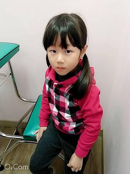 2019.03.09。(5歲8個月又15天)。愛妮入小學前去了趟診所施打疫苗以及做兒童視力檢查,結果竟然閃光175度(200度是高度閃光),目前先點眼藥水改善-3.jpg