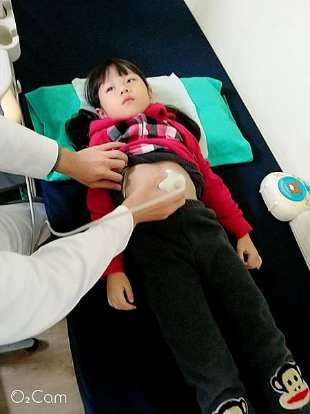 2019.03.09。(5歲8個月又15天)。愛妮入小學前去了趟診所施打疫苗以及做兒童視力檢查,結果竟然閃光175度(200度是高度閃光),目前先點眼藥水改善-1.jpg