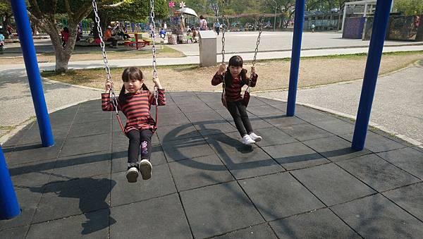 2019.03.02。(7歲5個月又21天)。(5歲8個月又8天)。228連假第3天,老公說要提早一天回新竹,回家前孩子們說要去中興新村的兒童樂園玩一下-1.JPG