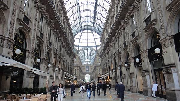 米蘭最為知名的Galleria Emanuele拱廊名店如雲.JPG