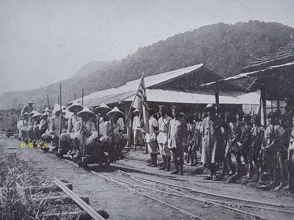 昭和5年(1930)從新高山下山在內茅埔(現南投信義鄉)坐上歸程台車的學生