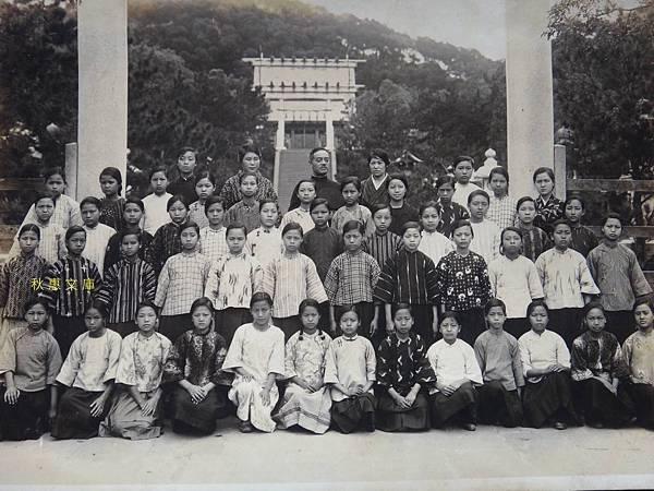 昭和3年(1928)4月剛入學台北第三高等女學校學生(現中山女中)在台灣神社前合影