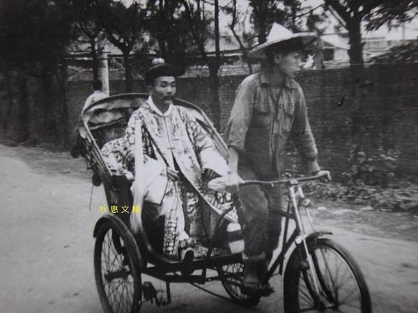1960年代坐三輪車要去上工的道士