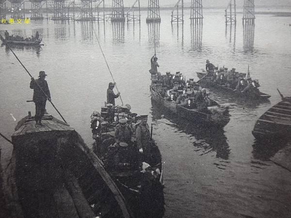 相片後方還是木製台北橋時代,坐在台北淡水河渡船的台灣步兵第一聯隊(大正9年,1920)