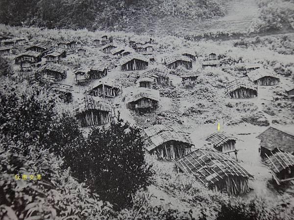 日本時代shikikun社,現宜蘭四季村相片中箭頭所指架高小屋是穀倉.