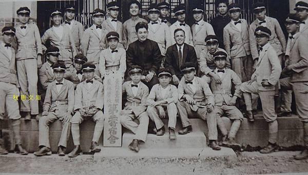 1930年代台北州立宜蘭農林學校學生在寄宿舍前合影