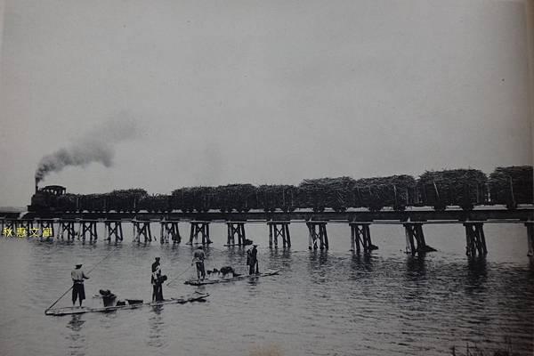 約1920年代東港溪台灣製糖株式會社會載運甘蔗專用鐵道風景