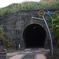 一小段舊鐵道遺跡和幽暗隧道 (8).JPG