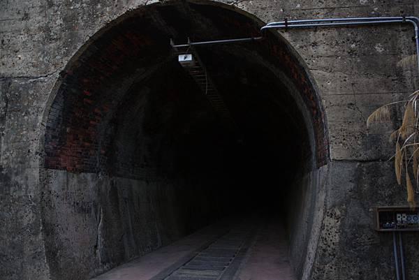 一小段舊鐵道遺跡和幽暗隧道 (10).JPG