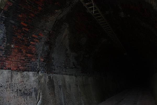 一小段舊鐵道遺跡和幽暗隧道 (11).JPG