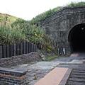 一小段舊鐵道遺跡和幽暗隧道 (17).JPG