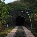 一小段舊鐵道遺跡和幽暗隧道 (7).JPG