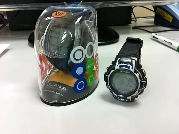 舊手錶在新盒旁
