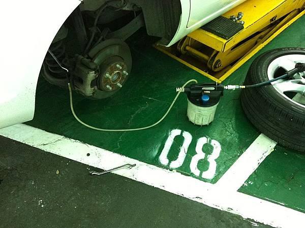 將剎車油從分磅洩油口吸出