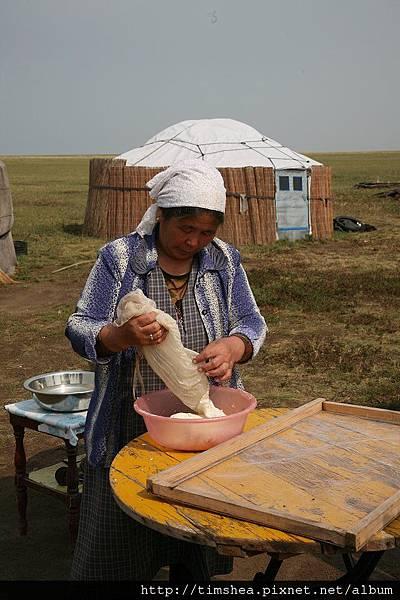 老婦  曬牛奶
