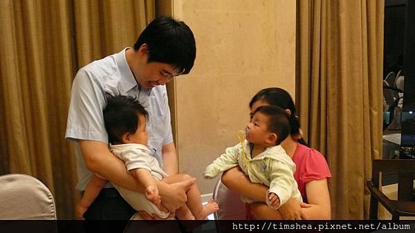鄰桌客人帶小孩跟侑侑相望