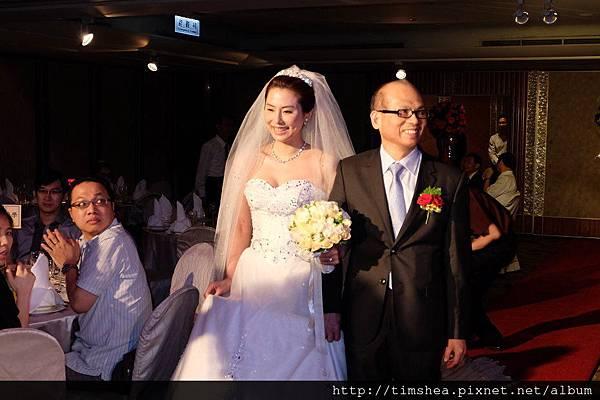 新娘由父親牽入場