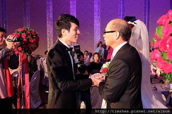父親把新娘交給新郎