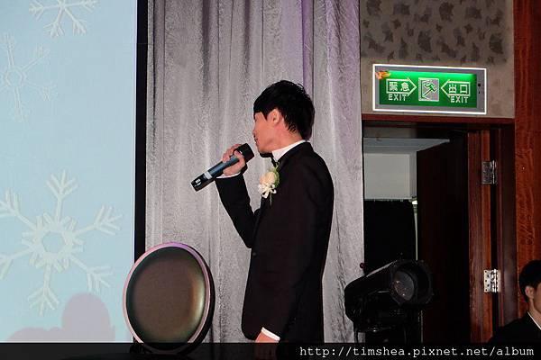 新郎唱情歌給新娘聽