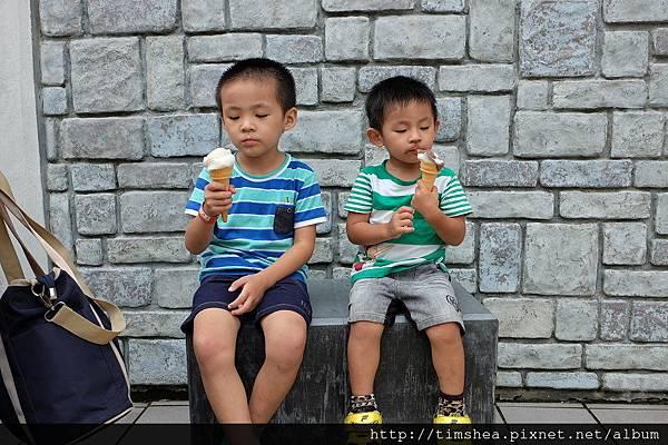兩兄弟吃冰淇淋