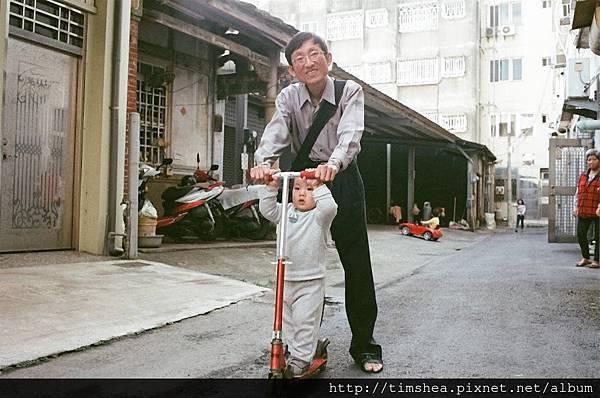 明甫坐滑板車