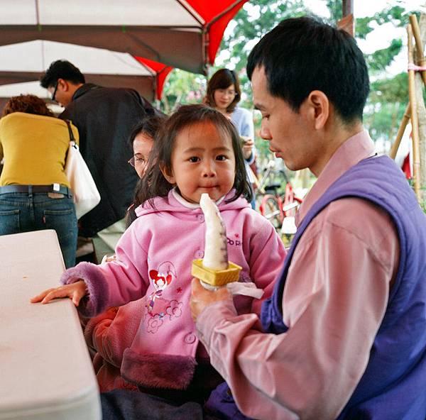 吃霜淇淋的小女孩
