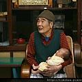 爺爺抱著曾孫