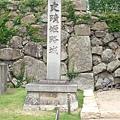 路口旁的石碑