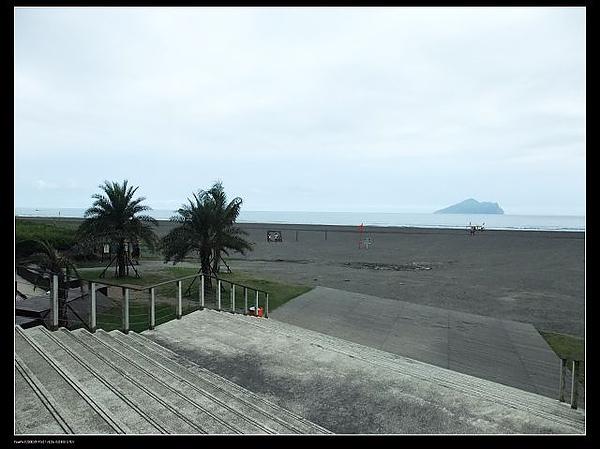 遠眺龜山島及沙灘區