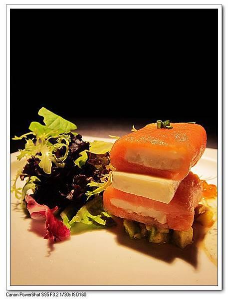 冷燻鮭魚柳佐第戎芥末籽醬襯鮭魚子及酪梨.JPG