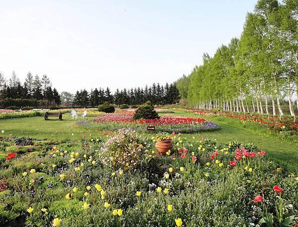 紫竹庭園真的很大.小小的婆婆是怎麼整理的.JPG