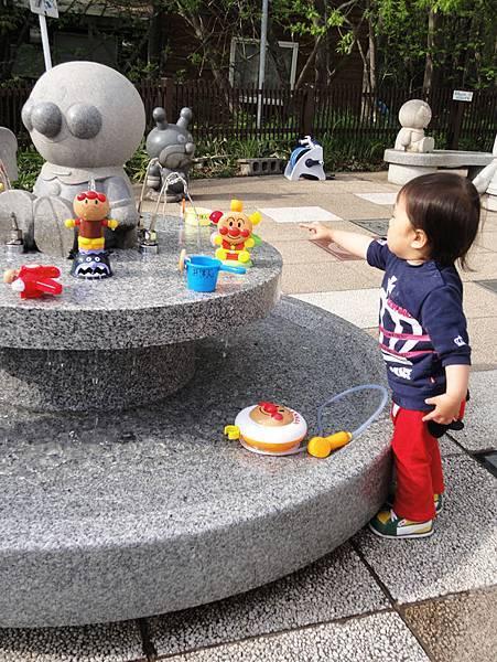 小朋友跟玩具.JPG