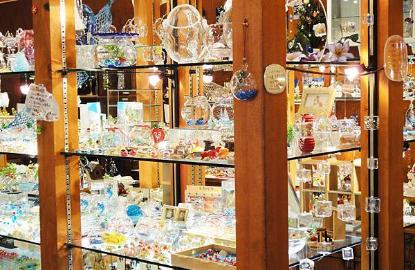 滿滿一櫃一櫃的玻璃藝品.JPG