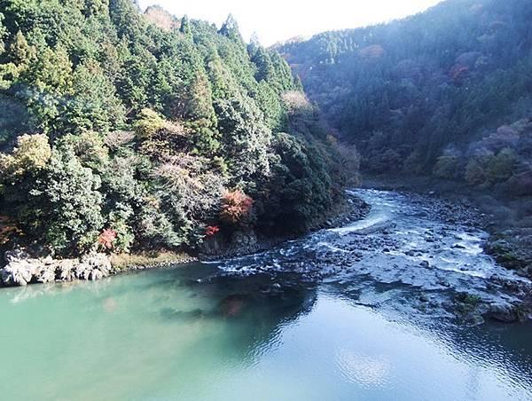 古都 176望著河水.總覺的保津川的船夫一定很幸福.jpg
