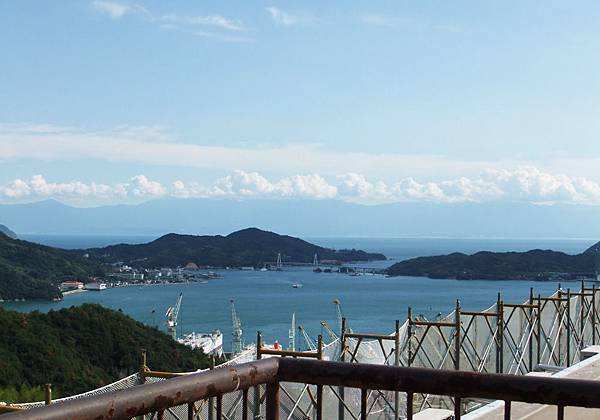 爬上因島山莊的頂樓看瀨戶內海.jpg