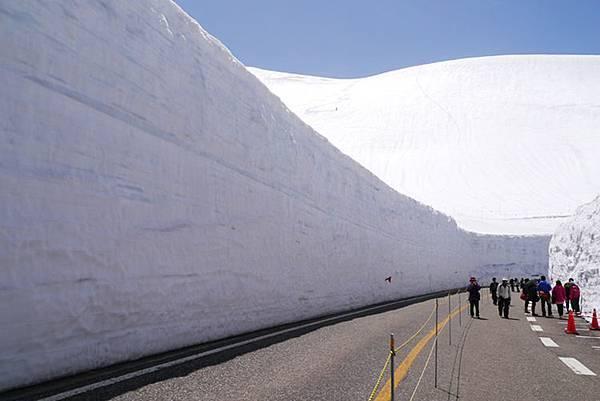 3好一道光影分明的雪牆風景