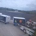 帛琉的地勤人員正在卸下行李