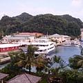 停泊在老爺酒店旁的大遊艇