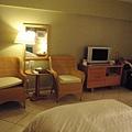 液晶電視和休息用的藤椅