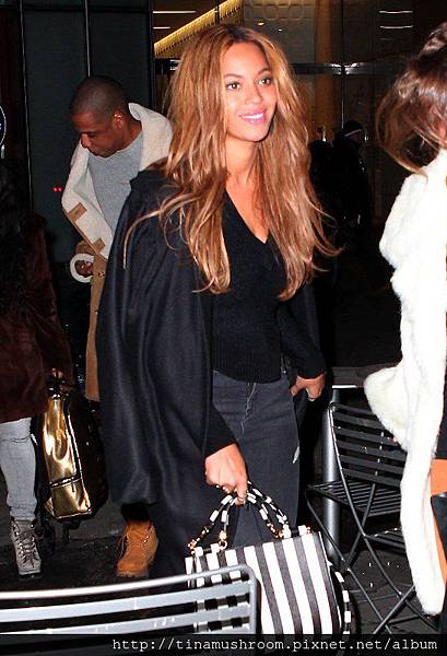 beyonce-nyc-barbara-bui-pumps-dolce-gabbana-bag