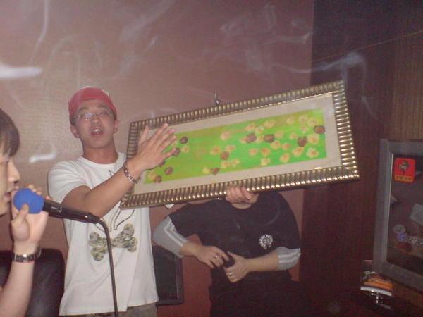 錢櫃的像框都被他拿下來拍賣了! 我用10萬塊買下了