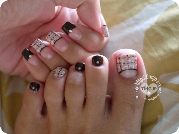 腳趾上的小片指甲也硬要畫格紋