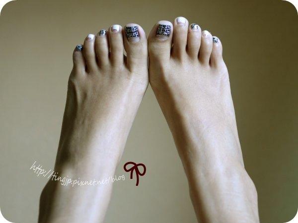 腳上是深藍色的香奈兒毛呢款
