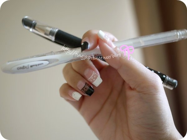 右手:彩繪用的三菱中性筆