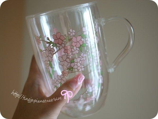 拿櫻花杯的左手