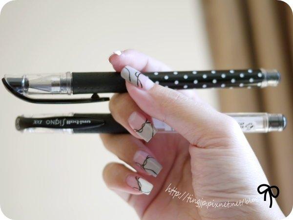 先看右手:黑色中性筆