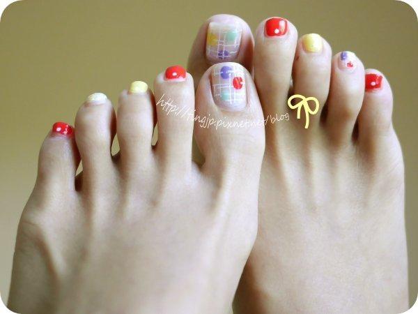 腳上也是紙膠帶指彩