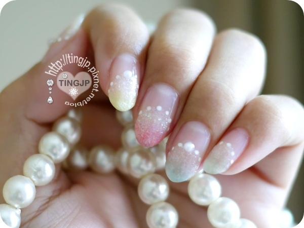 跟指甲上的珍珠呼應