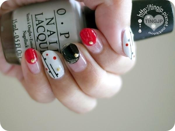 左手黑紅圓點裝飾有2指