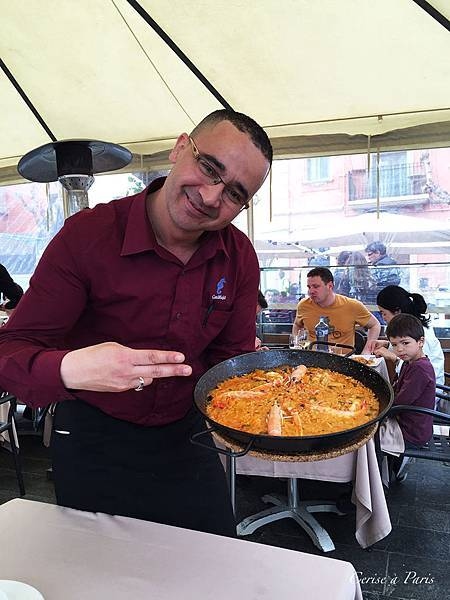 Can Majo waiter with Paella.JPG